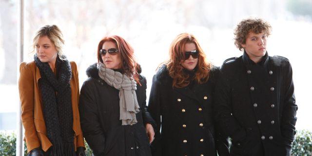 Benjamin Keough till höger, Priscilla Presley, och Lisa Marie Presley i mitten, och Riley Keough till vänster. Mark Humphrey / TT NYHETSBYRÅN