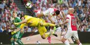 Ajax anfallare Anwar El Ghazi och Rapid Wiens målvakt Jan Novota OLAF KRAAK / ANP