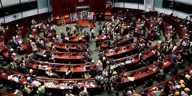 Demonstranter har tagit sig i parlamentets kammare. TYRONE SIU / TT NYHETSBYRÅN