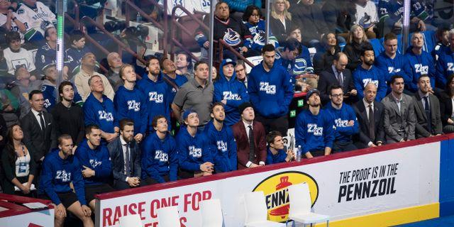Spelarna i Vancouver Canucks hade 22 och 33 på sina tröjor under ceremonin. DARRYL DYCK / TT NYHETSBYRÅN