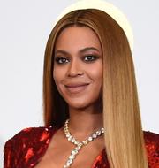 Restaurangägare som putsar skyltfönstret till sin veganrestaurang i Atlanta. Till höger, Beyoncé.  TT