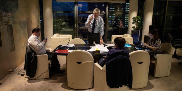 Frankrikes finansminister Bruno Le Maire tar en paus från det utdragna videomötet.  THOMAS SAMSON / TT NYHETSBYRÅN