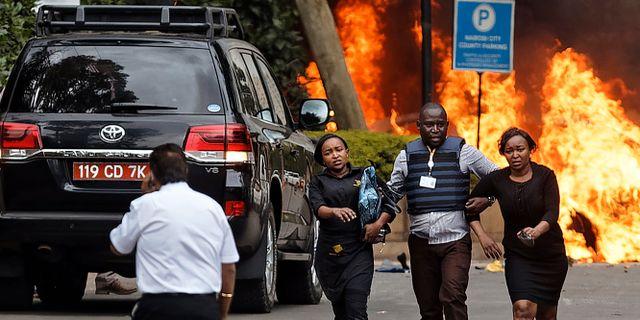 Säkerhetsstyrkor hjälper människor fly undan terrordådet i Nairobi. Ben Curtis / TT NYHETSBYRÅN/ NTB Scanpix