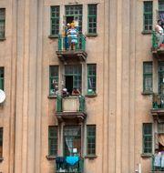 Social distansering i praktiken, i sydafrikanska Johannesburg. Jerome Delay / TT NYHETSBYRÅN
