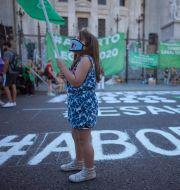 En ung flicka i Buenos Aires är med och demonstrerar för aborträttigheter. Victor R. Caivano / TT NYHETSBYRÅN