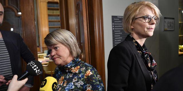 Vänsterpartiets Ulla Andersson (V) och Moderaternas ekonomiske politiske talesperson Elisabeth Svantesson (M) förhandlade om mer pengar till kommunerna.  Jessica Gow/TT / TT NYHETSBYRÅN