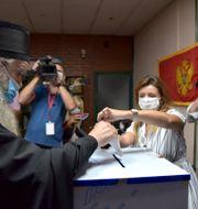 Den serbisk-ortodoxa biskopen röstar.  Risto Bozovic / TT NYHETSBYRÅN