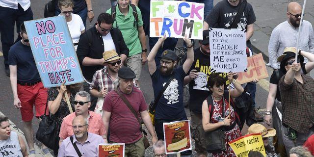 Skaror demonstrerar mot Trump i Skottland, där presidenten befinner sig på lördagen. NEIL HANNA / AFP