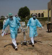Läkare förflyttar sjukhusutrustning på ett sjukhus i Tchads huvudstad N'Djamena.  Sunday Alamba / TT NYHETSBYRÅN