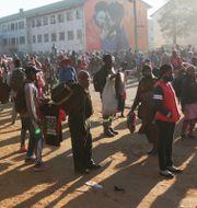 Människor i Zimbabwe demonstrerar mot polisens beslut mot att begränsa gatuförsäljning. Tsvangirayi Mukwazhi / TT NYHETSBYRÅN