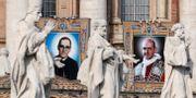 Porträtt av Paulus VI och Oscar Romero i Vatikanen den 14 oktober.  ALESSANDRO BIANCHI / TT NYHETSBYRÅN