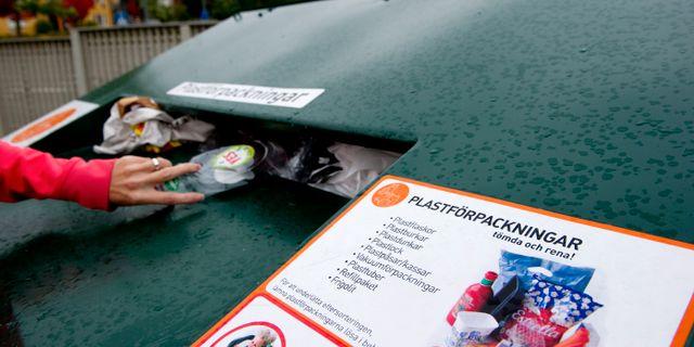 Plastförpackningar som placeras i återvinningscentral. PONTUS LUNDAHL / TT / TT NYHETSBYRÅN