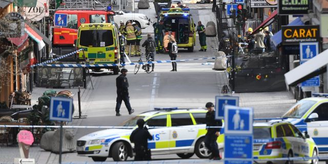 Polis och räddningspersonal på Drottninggatan 7 april 2017.  Fredrik Sandberg/TT / TT NYHETSBYRÅN