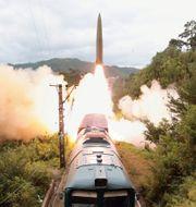 Nordkoreas testskjutning av en ballistisk robot från ett tåg.  TT NYHETSBYRÅN
