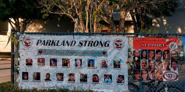 Minnebild över offren utanför  Marjory Stoneman Douglas High School i Parkland, Florida.  RHONA WISE / AFP