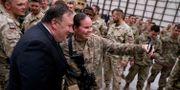 Pomeo hälsade på amerikanska militärer under besöket. POOL / TT NYHETSBYRÅN