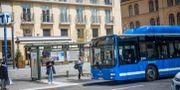 En SL-buss plockar upp passagerare. Fredrik Sandberg/TT / TT NYHETSBYRÅN