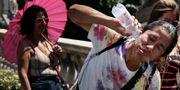 Turister i Paris svalkar sig. ALBERTO PIZZOLI / AFP