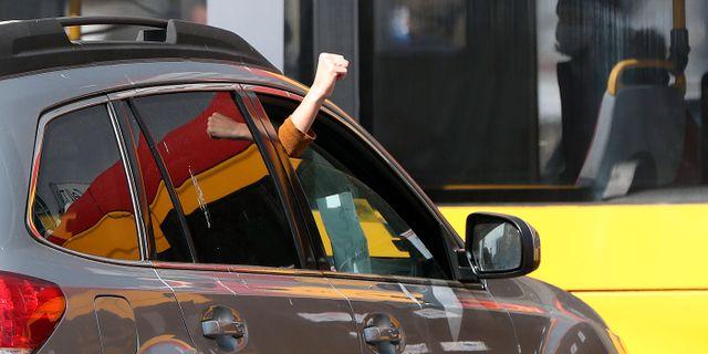 Demonstranter i Warszawa uttrycker sin kritik mot abortlagen från bilen. Czarek Sokolowski / TT NYHETSBYRÅN