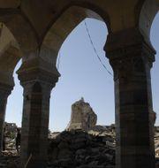 Ruinerna av al-Nurimoskén med resterna av minareten i förgrunden. ZAID AL-OBEIDI / AFP