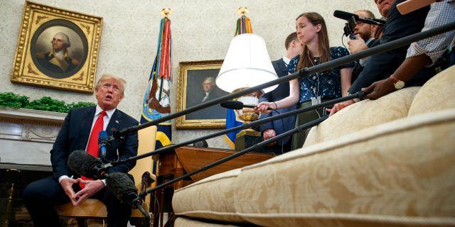 Donald Trump och reportrar. Evan Vucci / TT / NTB Scanpix