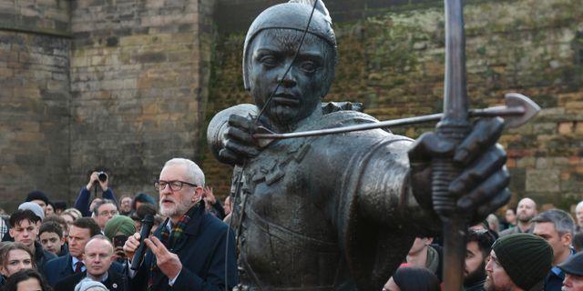 Jeremy Corbyn håller tal vid en Robin Hood-staty i Nottingham. Joe Giddens / TT NYHETSBYRÅN