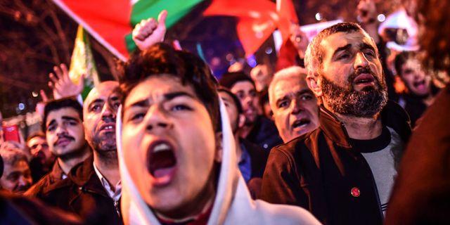 Demonstranter utanför konsulatet i Istanbul efter Trumps besked. OZAN KOSE / AFP