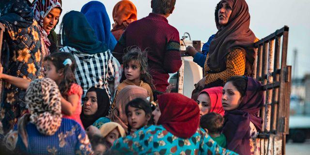 Civila flyr syriska Ras al-Ain efter Turkiets offensiv. DELIL SOULEIMAN / AFP