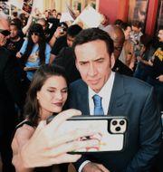 """Nicolas Cage poserar med ett fan när filmen """"Pig"""" hade premiär i juli i Los Angeles. Jordan Strauss / TT NYHETSBYRÅN"""
