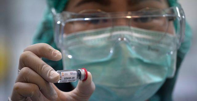 Kvinna i labb som arbetar för att ta fram ett vaccin mot covid-19. Sakchai Lalit / TT NYHETSBYRÅN