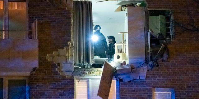 Personal från nationella bombskyddet undersöker len lägenhet i stadsdelen Kobjer i Lund där en explosion inträffade under fredagskvällen.  Johan Nilsson/TT / TT NYHETSBYRÅN