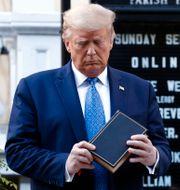 Donald Trump utanför St. Johns Church i Washington D.C. i måndags.  Patrick Semansky / TT NYHETSBYRÅN