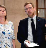 Vänsterpartiets ekonomiskpolitiska talesperson Ulla Andersson (V) och Kristdemokraternas ekonomiskpolitiska talesperson Jakob Forssmed (KD) håller en gemensam pressträff. Stina Stjernkvist/TT / TT NYHETSBYRÅN