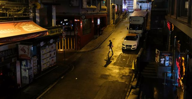 Tomma gator vid en populär nattklubbsgata i Hongkong.  TYRONE SIU / TT NYHETSBYRÅN