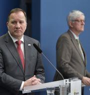 Stefan Löfven och Johan Carlson på dagens pressträff.  Anders Wiklund/TT / TT NYHETSBYRÅN