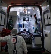 Vårdpersonal flyttar en covidpatient till en ambulans i en stad utanför Rio de Janeiro Felipe Dana / TT NYHETSBYRÅN