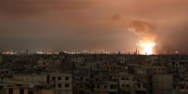 Rök stiger över östra Ghouta.  AMMAR SULEIMAN / AFP