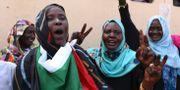 Pro-demokratiska sudaneser firar i Khartoum. Mahmoud Hjaj / TT NYHETSBYRÅN/ NTB Scanpix