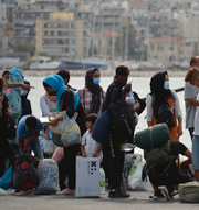 Stefan Löfven/Flyktingar på väg bort från Lesbos efter branden