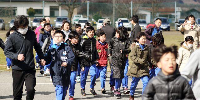 Japanska barn och lärare vid en evakueringsövning i Aomoriprefekturen i norra Japan. Jun Hirata / TT NYHETSBYRÅN