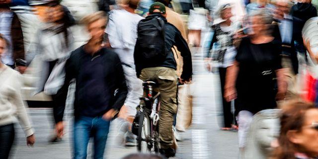 Cyklist i folkmassa. Magnus Andersson/TT / TT NYHETSBYRÅN