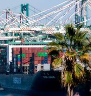 Fullastade fraktfartyg väntar på att få lasta av i Los Angeles, 20 oktober 2021.  Ringo H.W. Chiu / TT NYHETSBYRÅN