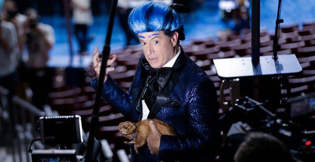 Colbert rapporterar inför valet 2016 klädd som den fiktiva tv-kommentatorn Caesar Flickerman i dystopifilmserien Hunger Games.  Matt Rourke / TT NYHETSBYRÅN
