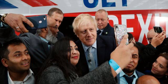 Boris Johnson med väljare. Frank Augstein / TT NYHETSBYRÅN