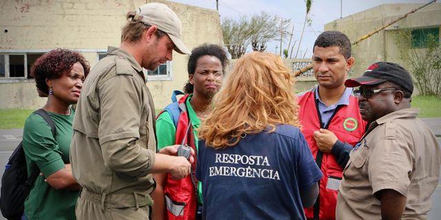 Moçambiques miljöminister (andra personen från höger i bild) talar med räddningsteam på flygplatsen i Beira. ADRIEN BARBIER / AFP