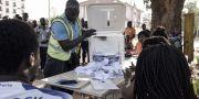 En valurna töms i huvudstaden Bissau. SEYLLOU / AFP