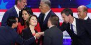 Kandidaterna tackar varandra vid debattens slut.  JOE RAEDLE / GETTY IMAGES NORTH AMERICA