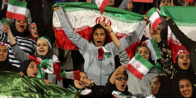 Arkivbild från ett undantagstillfälle då kvinnor tilläts se en fotbollsmatch i Iran.  Vahid Salemi / TT NYHETSBYRÅN