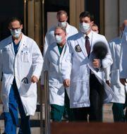 Trump och läkarteamet. TT