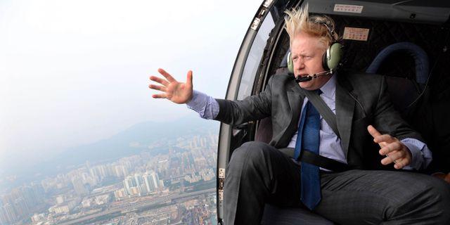 Boris Johnson i en helikopter över Hongkong 2013.  Andrew Parsons / TT NYHETSBYRÅN